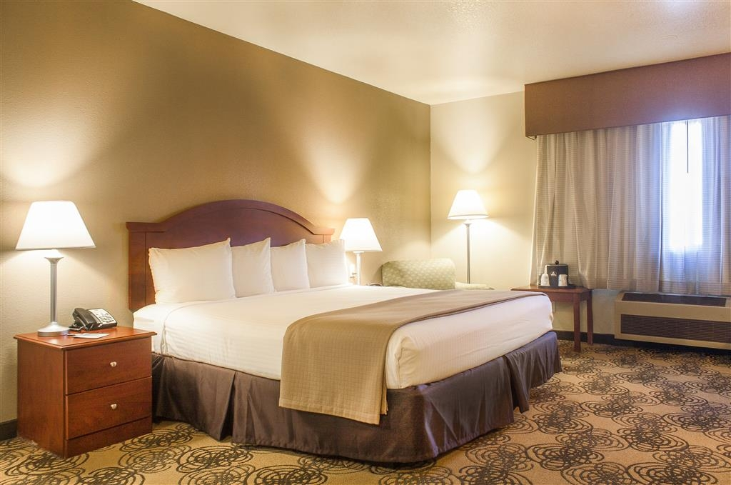 Best Western Elko Inn - Habitación con piscina de hidromasaje y cama de matrimonio extragrande