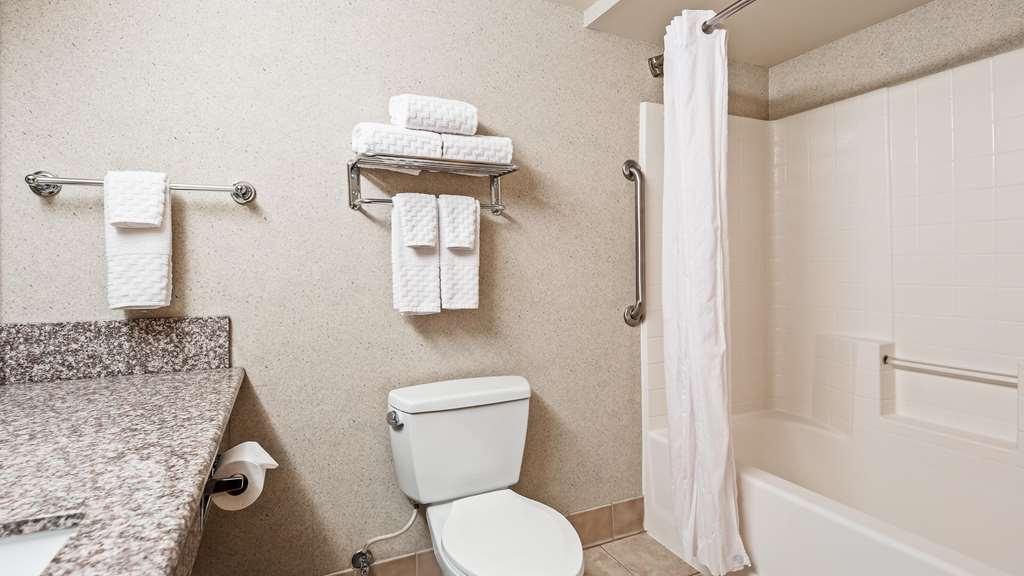 Best Western Plus North Las Vegas Inn & Suites - Guest Bathroom