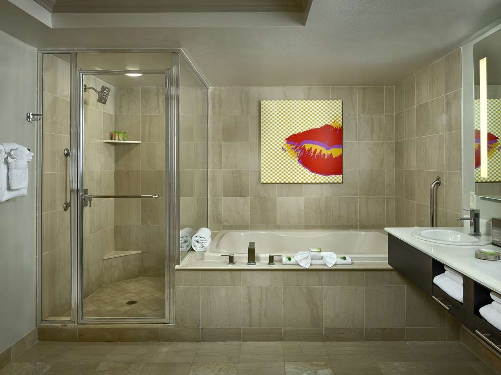 Stratosphere Hotel, Casino & Tower, BW Premier Collection - Room Boulevard Suite Bathroom