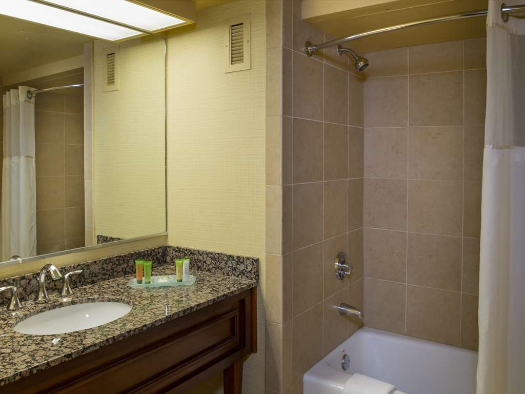 Aquarius Casino Resort, BW Premier Collection - River View Double Queen Guest Room Bath