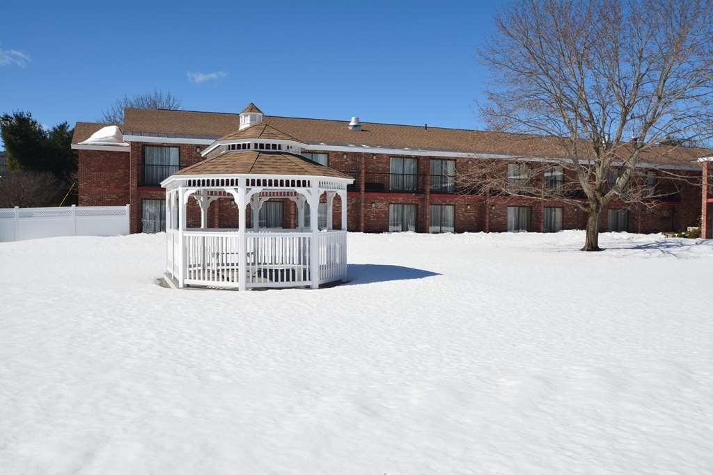 Best Western Plus Keene Hotel - Courtyard Area in Winter Time