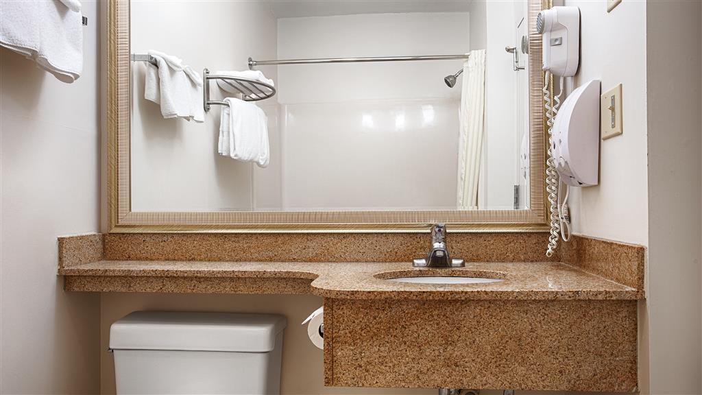 Best Western White Mountain Inn - Prepárese con la mayor comodidad para un completo día de aventuras en este cuarto de baño con un completo equipamiento.