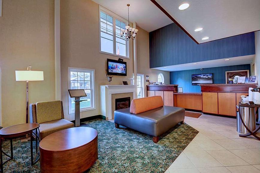 Best Western Plus The Inn at Hampton - La hall dell'hotel offre un luogo comodo in cui leggere in tutta tranquillità o socializzare con amici e colleghi.