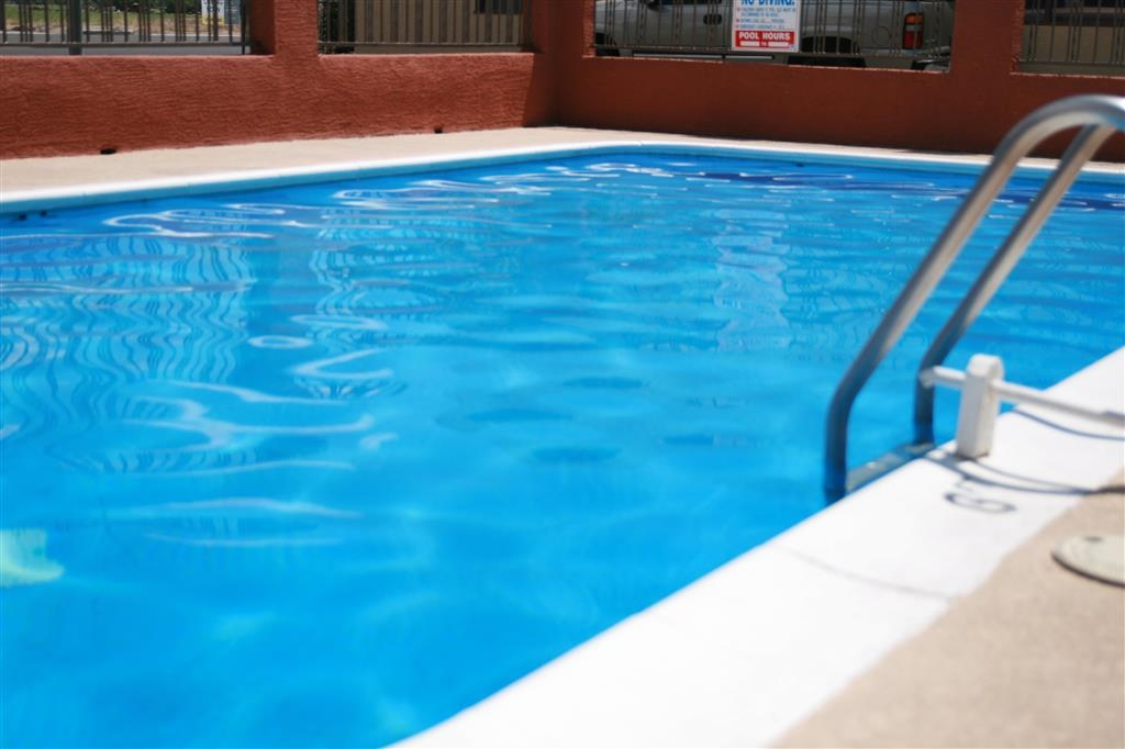 Best Western Desert Inn - Jump into our outdoor pool!