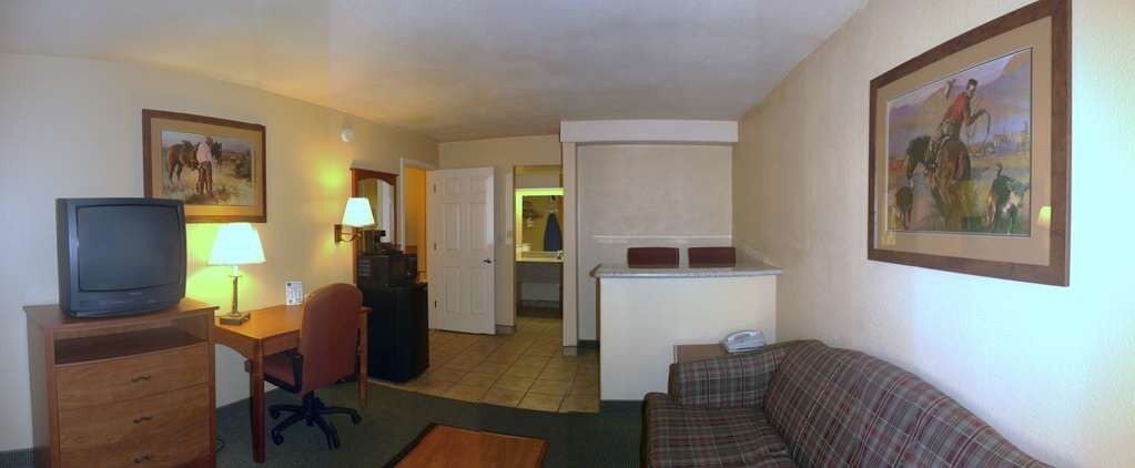 Best Western Desert Inn - Enjoy our Queen suite with living room!
