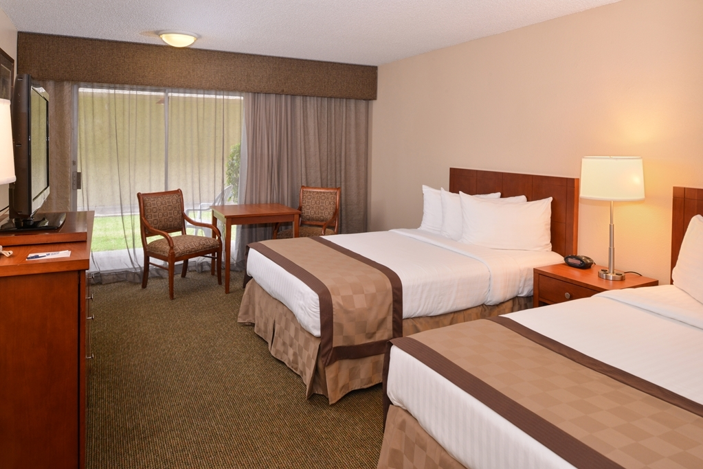 Best Western Airport Inn - Standard two double bed guest room with a 37-inch flat screen TV, activity table and two chairs.