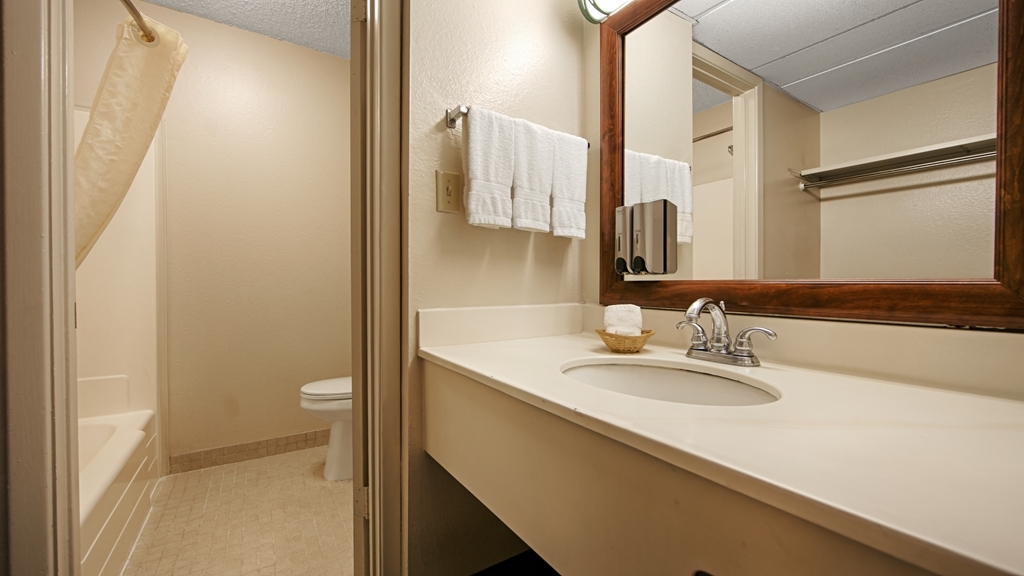 Best Western Airport Inn - Guest Bathroom