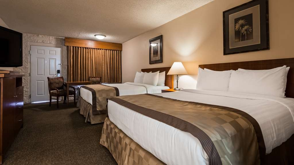Best Western Airport Inn - Two queen bed guest room with a 37-inch flat screen TV, activity table and two chairs.