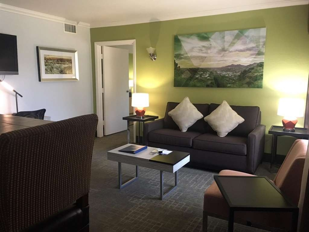 Best Western InnSuites Phoenix Hotel & Suites - Relax in the spacious living room of of our Presidential Suite.