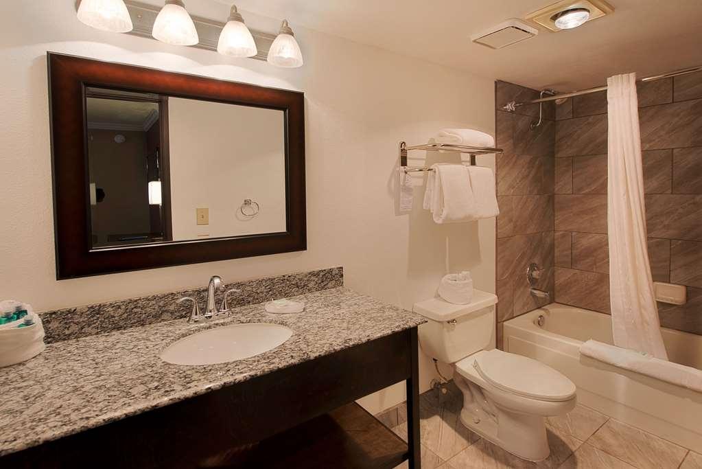 Best Western InnSuites Tucson Foothills Hotel & Suites - Guest Bathroom