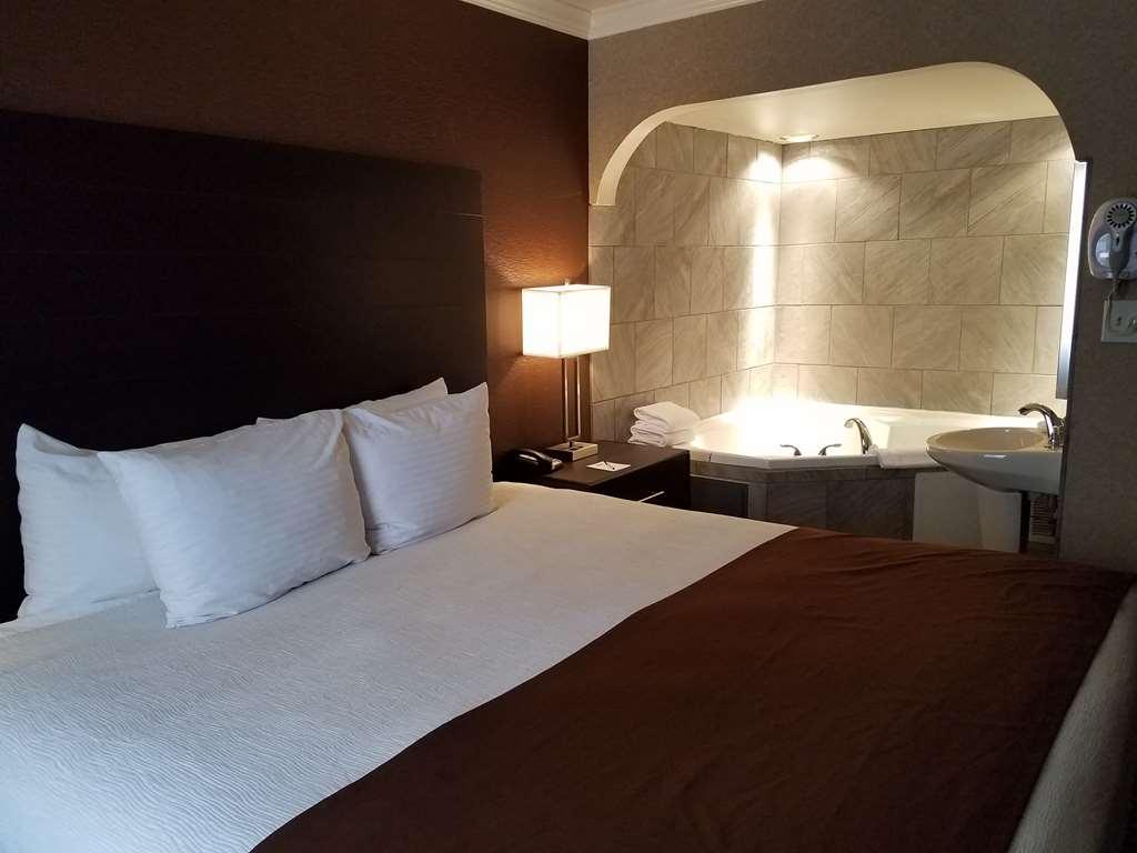 Best Western InnSuites Tucson Foothills Hotel & Suites - King Suite with Jacuzzi®