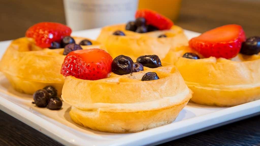 Best Western InnSuites Tucson Foothills Hotel & Suites - Breakfast