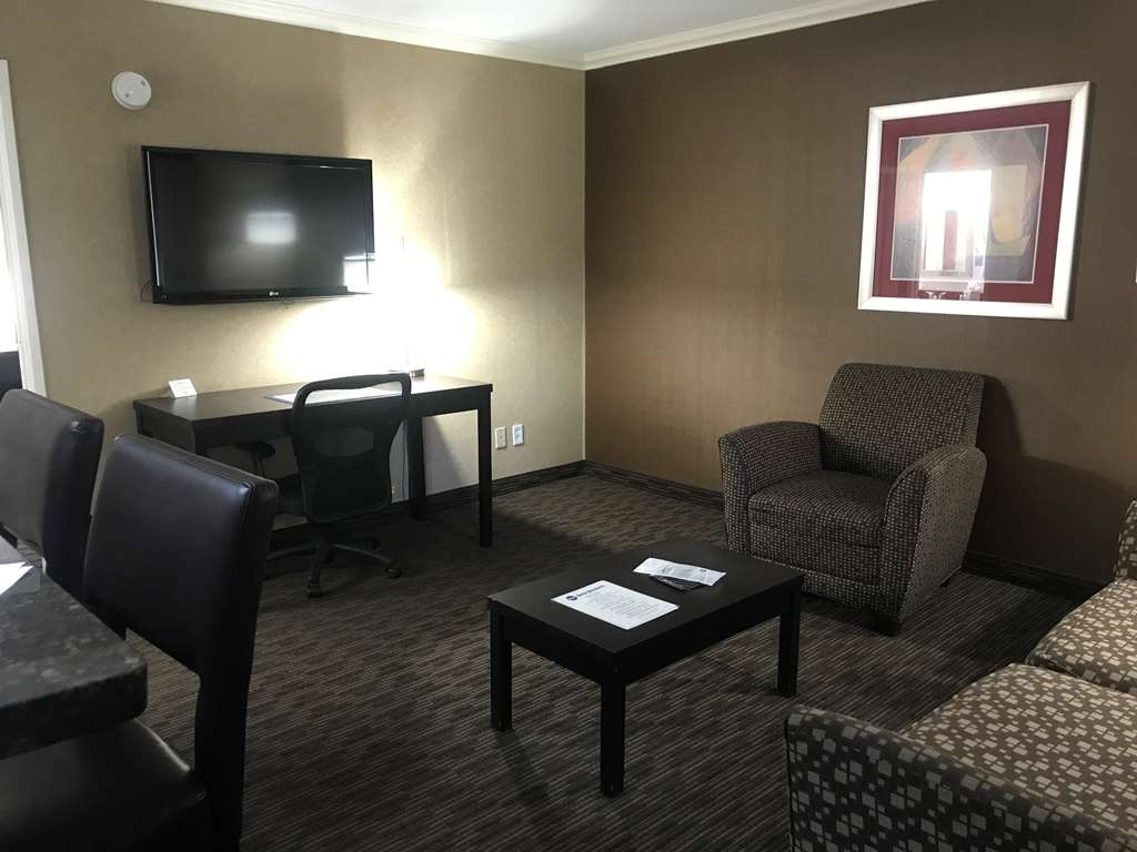Best Western Yuma Mall Hotel & Suites - Living Room in the Suite with Two Queen Size Beds
