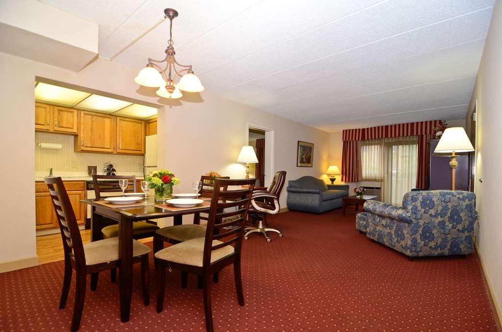 Best Western Plus Murray Hill Hotel and Suites - Our two room apartment comes with all the comforts of home including a dining area and fully-equipped kitchen.