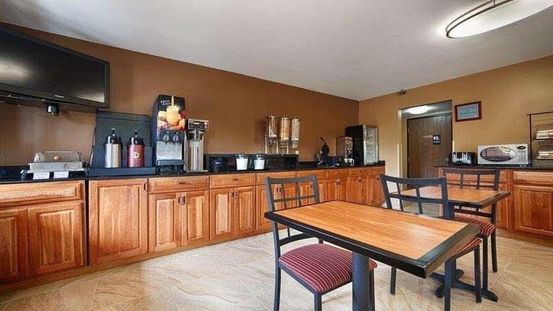 Best Western Princeton Manor Inn & Suites - Start your energizing day with fresh hot breakfast!
