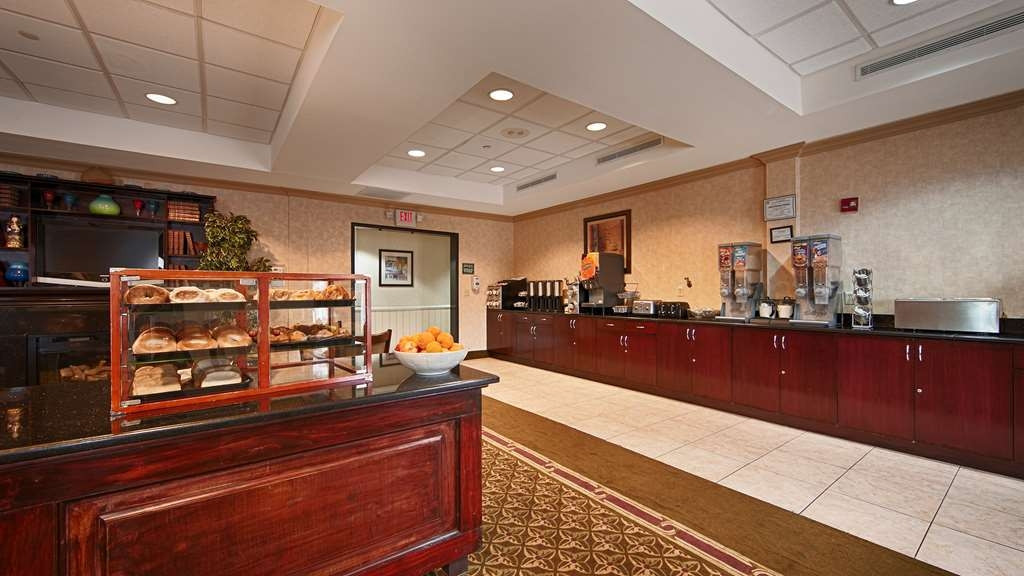 Best Western Riverview Inn & Suites - Start your day off right with a complimentary continental breakfast.