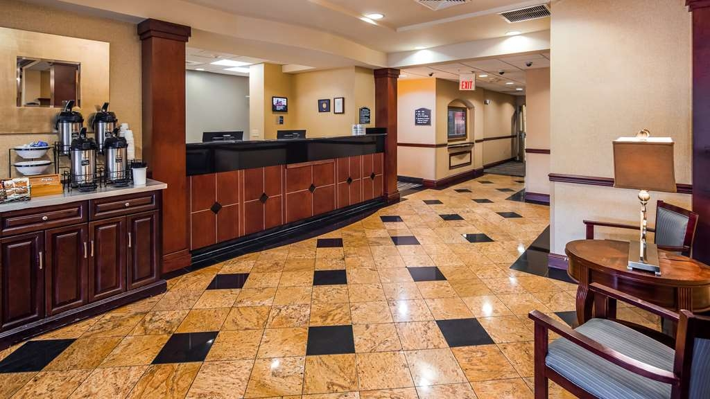 Best Western Monroe Inn & Suites - Vista del vestíbulo