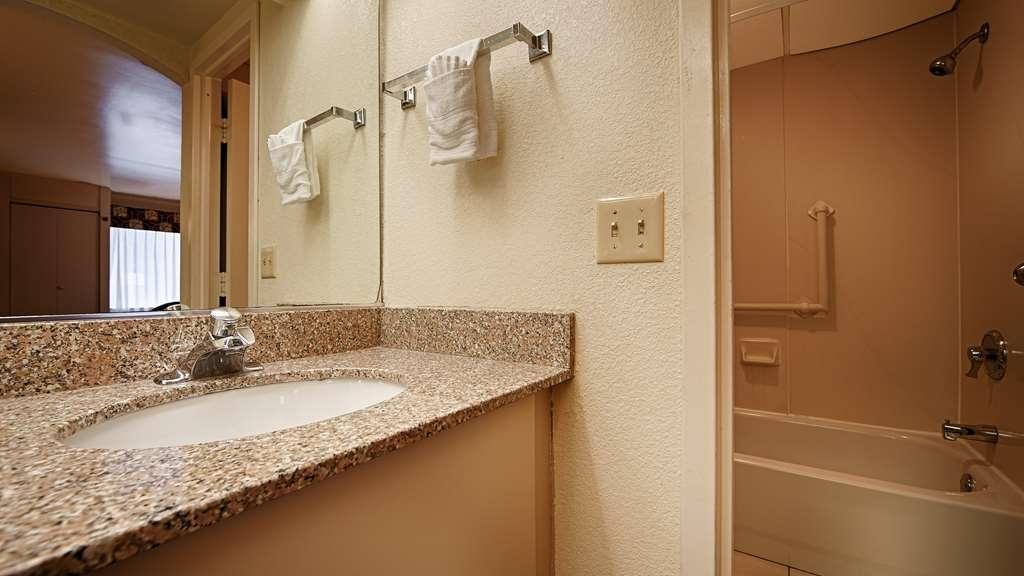 Best Western East Brunswick Inn - Guest Bathroom
