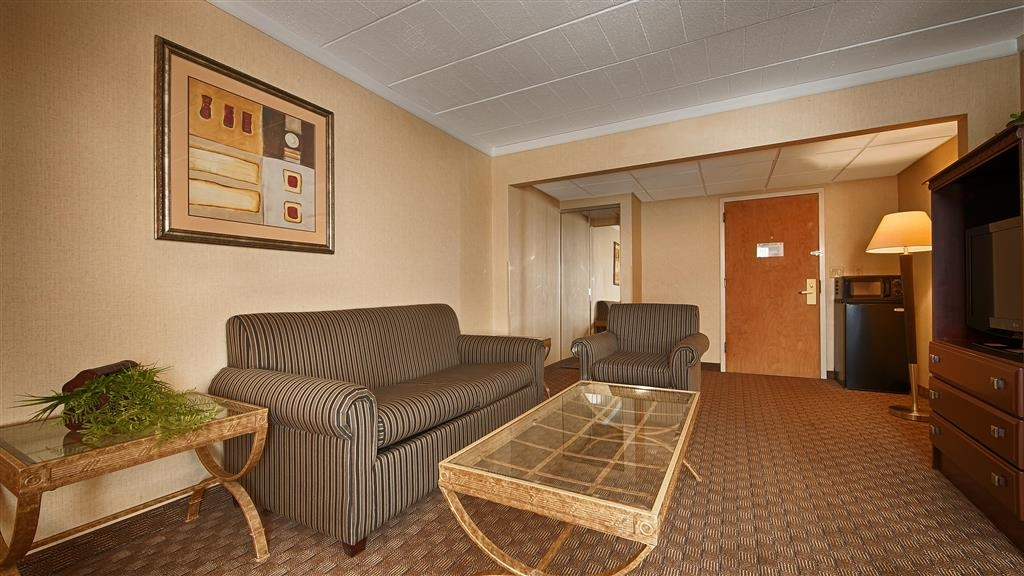 Best Western Hazlet Inn - Suite's Living Room