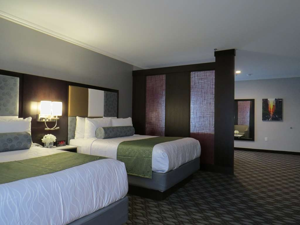 Best Western Premier NYC Gateway Hotel - If you are traveling with family or a group of friends, opt for our Queen Suite.