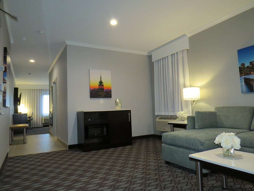 Best Western Premier NYC Gateway Hotel - Experience a romantic getaway in our King Suite, designed for your relaxation and comfort.