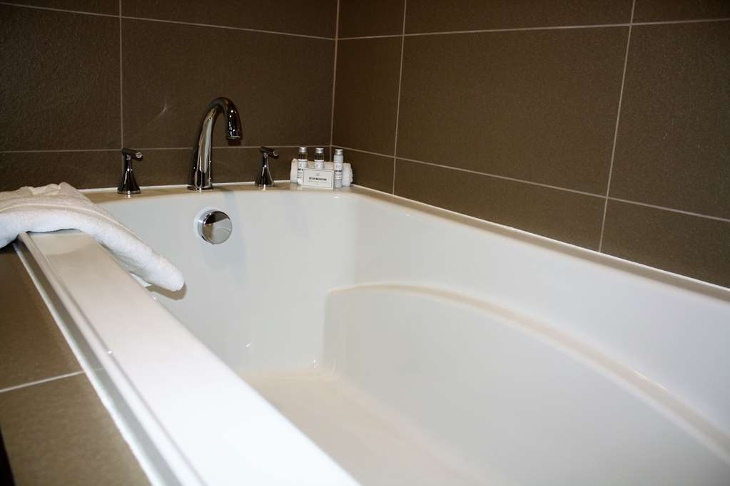 Best Western Premier NYC Gateway Hotel - You deserve a long soak in our deep tub featured in our King Suite rooms.