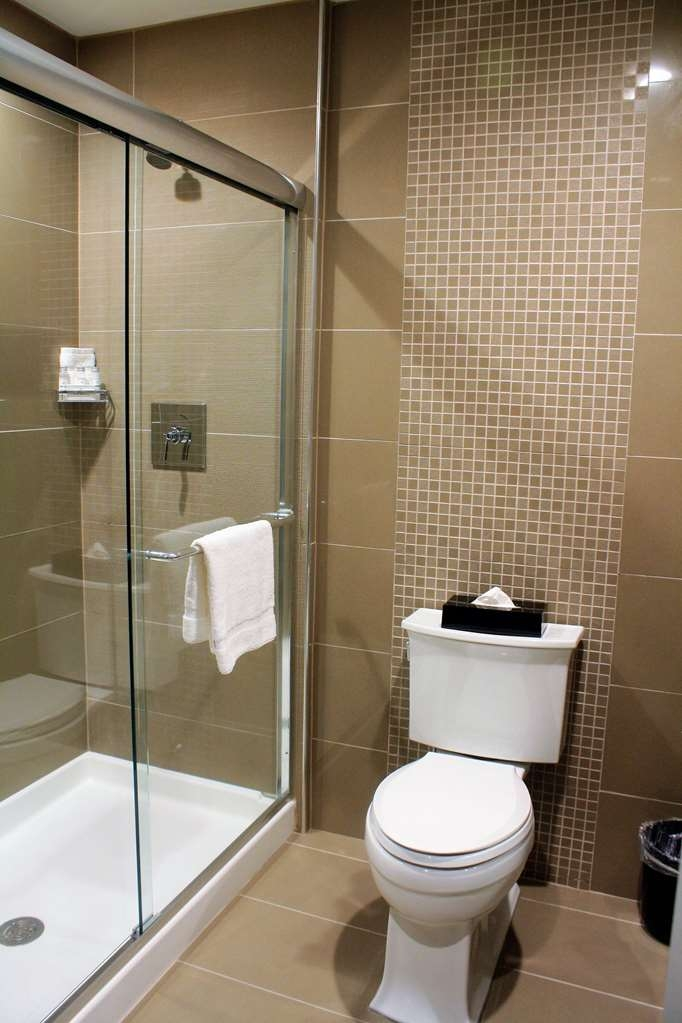 Best Western Premier NYC Gateway Hotel - All standard rooms are design with a easy access shower.