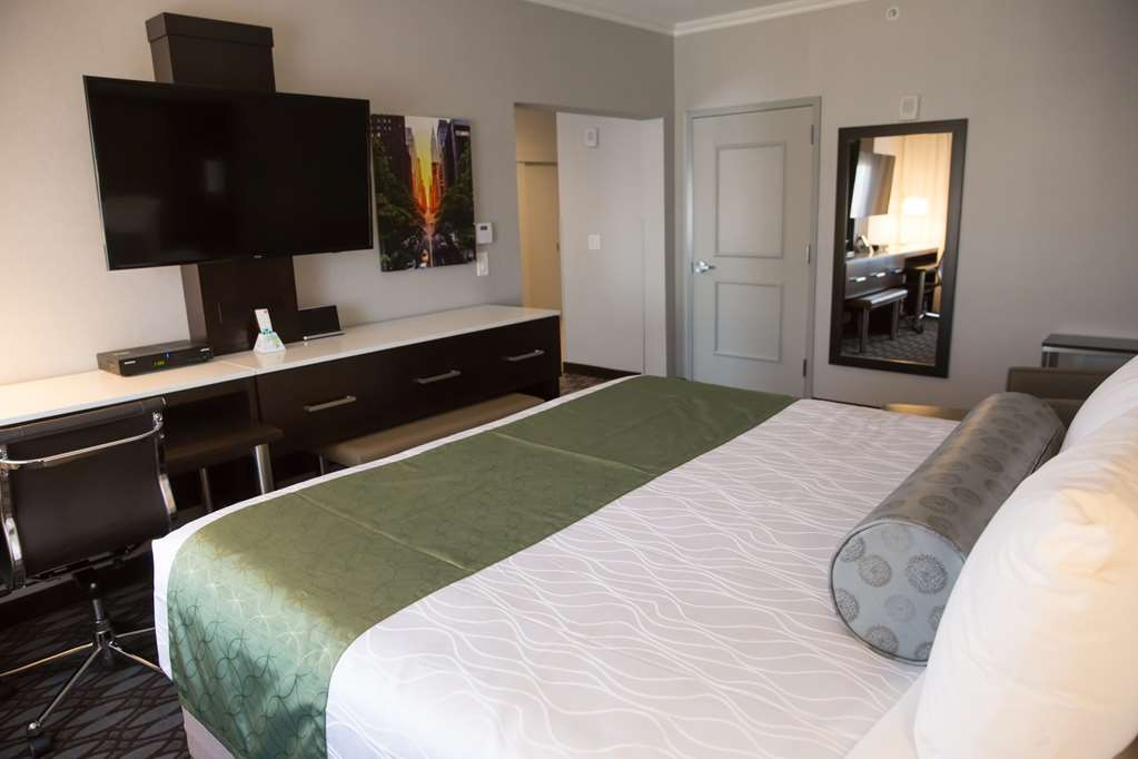 Best Western Premier NYC Gateway Hotel - Live the life of luxury when you book a King Suite room.