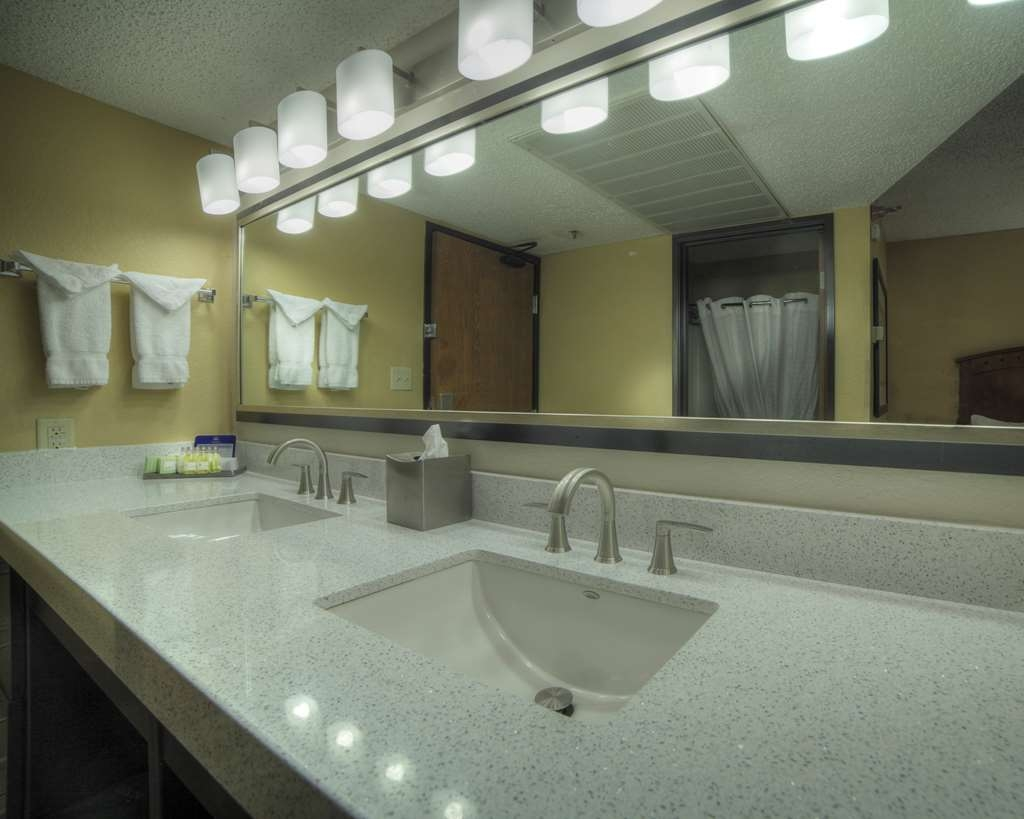 Best Western Plus at Lake Powell - Family Suite Bathroom