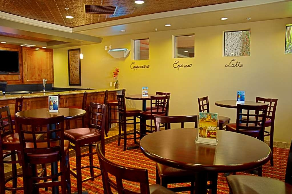 Best Western Legacy Inn & Suites - Bar / Lounge
