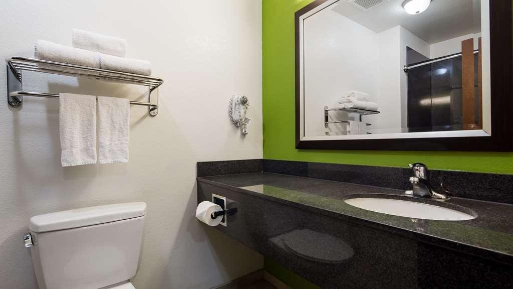 Best Western Douglas Inn & Suites - Guest Bathroom