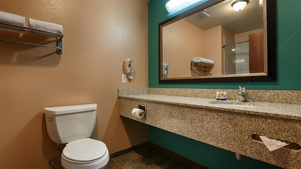 Best Western Sonora Inn & Suites - Guest Bathroom with tub & shower to get refreshed again after a long working day or driving day.