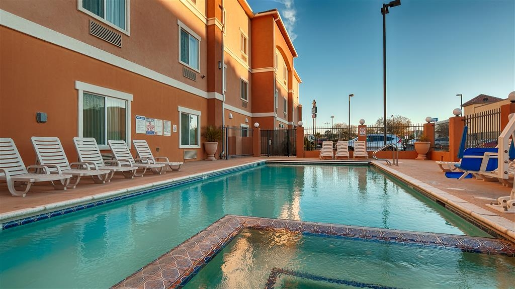 Best Western Sonora Inn & Suites - Relax and feel refreshed with a swim in our outdoor pool.