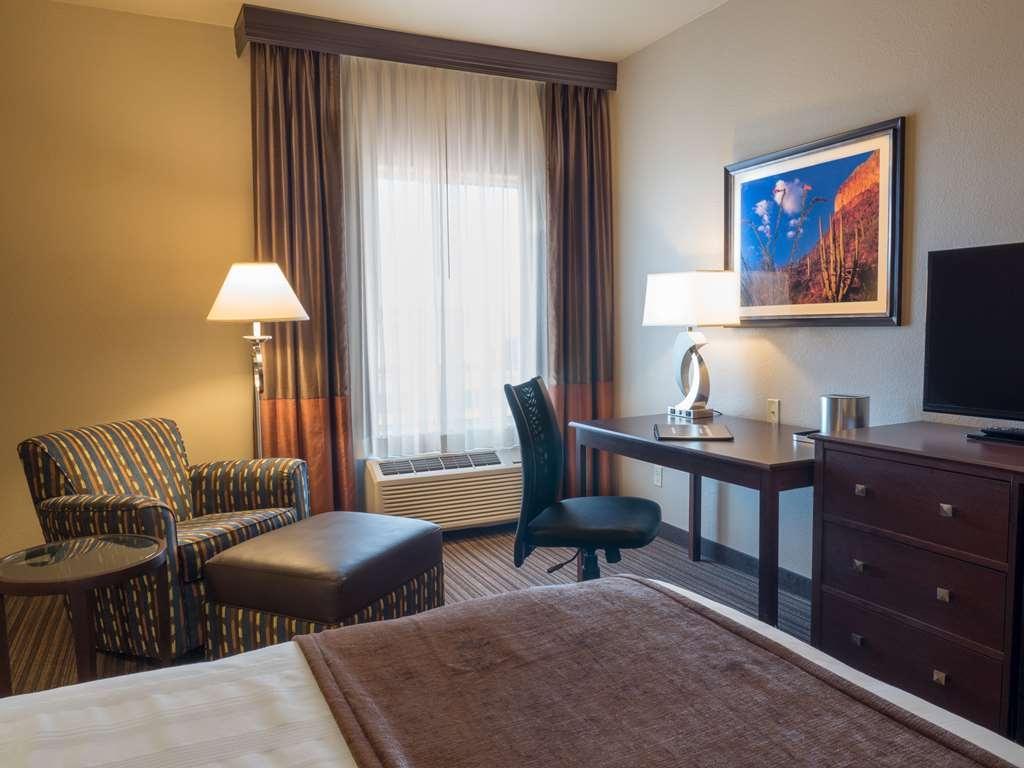 Best Western Plus Winslow Inn - Nuestra amplia habitación con cama de matrimonio extragrande le ofrece un cómodo espacio para relajarse.