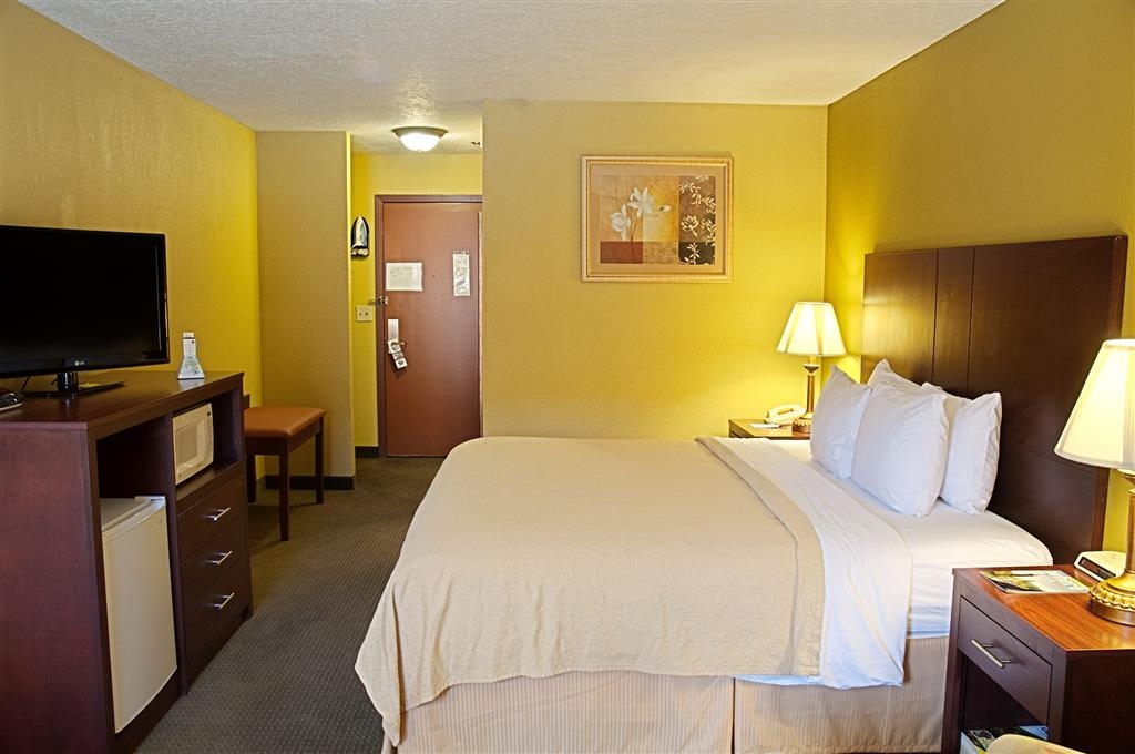 Best Western Green Valley Inn - Relax on our comfy king bed while catching your favorite show.