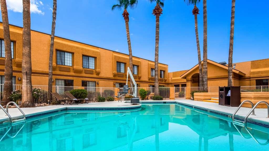 Best Western Green Valley Inn - Make a splash in our outdoor pool.