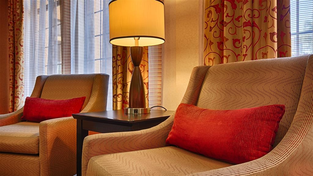 Best Western Green Valley Inn - Relax in our comfortable lobby area!