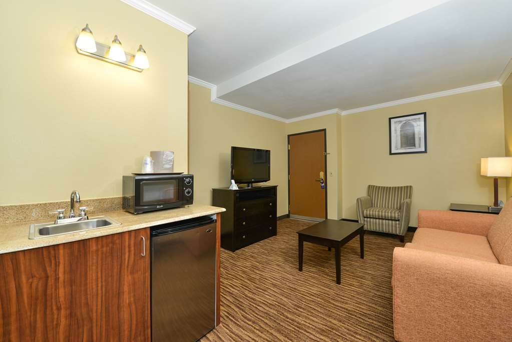 Best Western Gold Poppy Inn - Spend some time after a hectic day in the living room featured in our king suite room