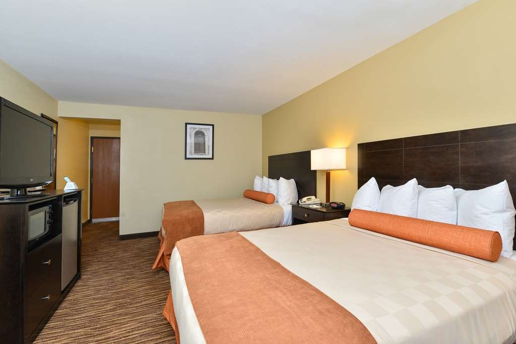 Best Western Gold Poppy Inn - Make yourself at home in our double queen guest room.