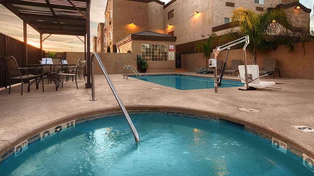 Best Western Gold Poppy Inn - Splash around and have fun with the family in our outdoor pool for endless hours of fun.