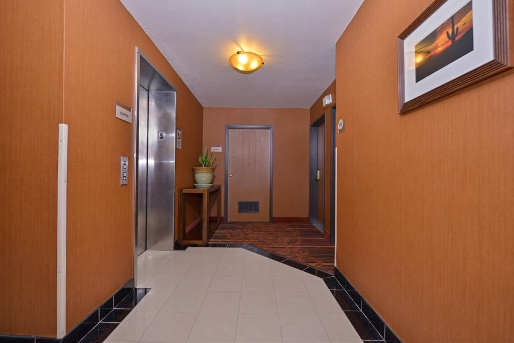 Best Western Gold Poppy Inn - Enjoy easy access to your room in our spacious elevator