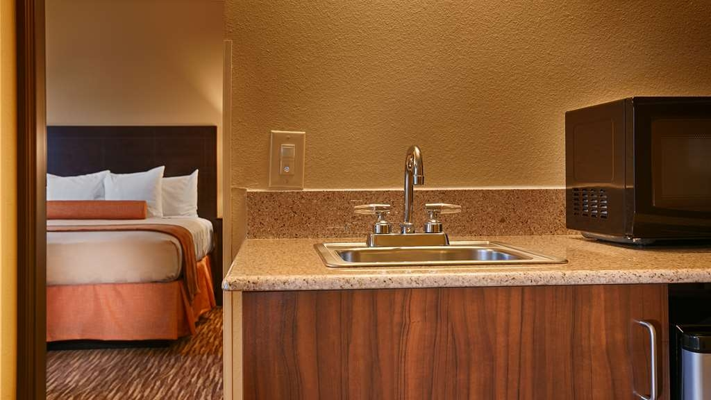 Best Western Gold Poppy Inn - Designed for corporate and leisure traveler alike, make a reservation in this king suite room.