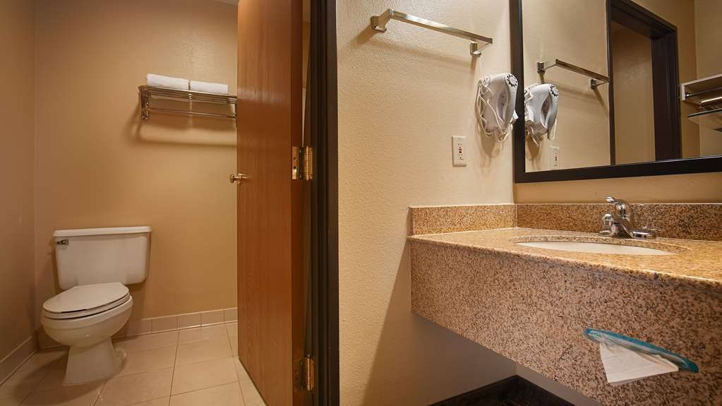 Best Western Gold Poppy Inn - Enjoy getting ready for the day in our guest bathrooms.
