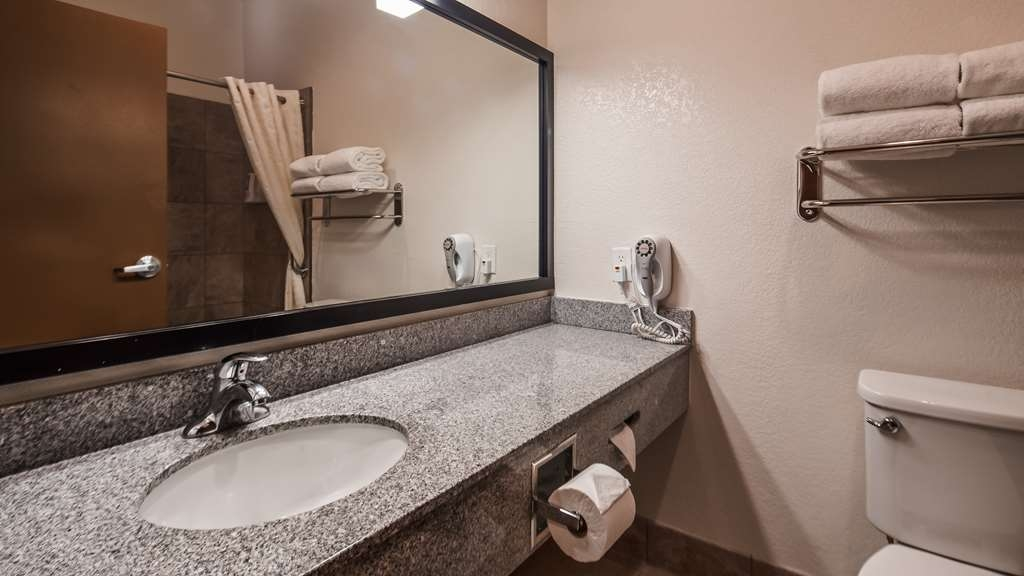 Best Western Tolleson Hotel - Get ready for your day with plenty of counter space.
