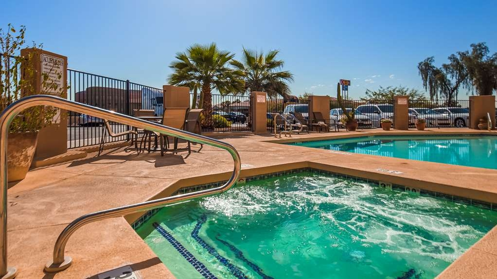 Best Western Tolleson Hotel - The whole family can enjoy the pool.