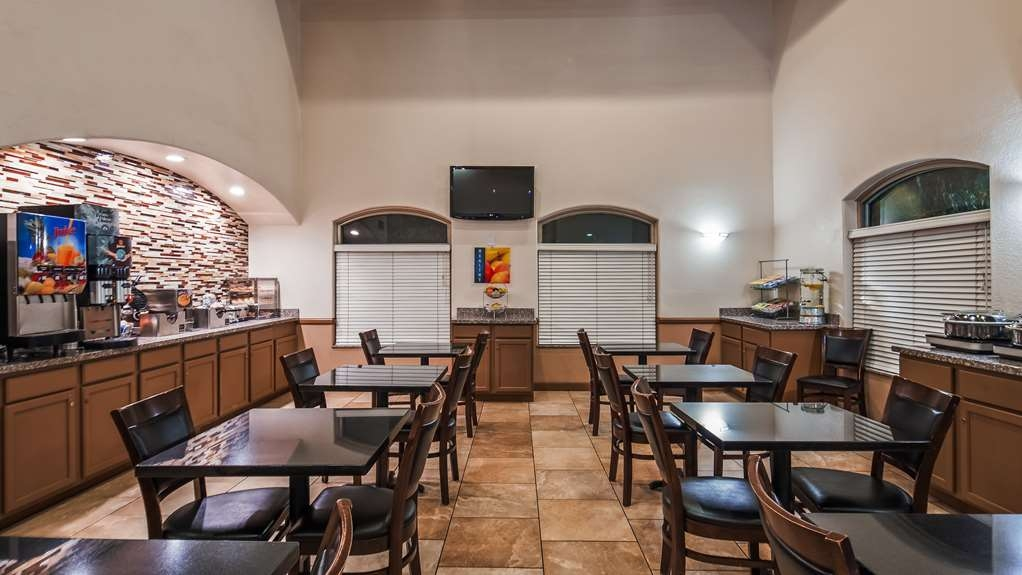 Best Western Tolleson Hotel - Enjoy a variety of options for a complimentary breakfast.