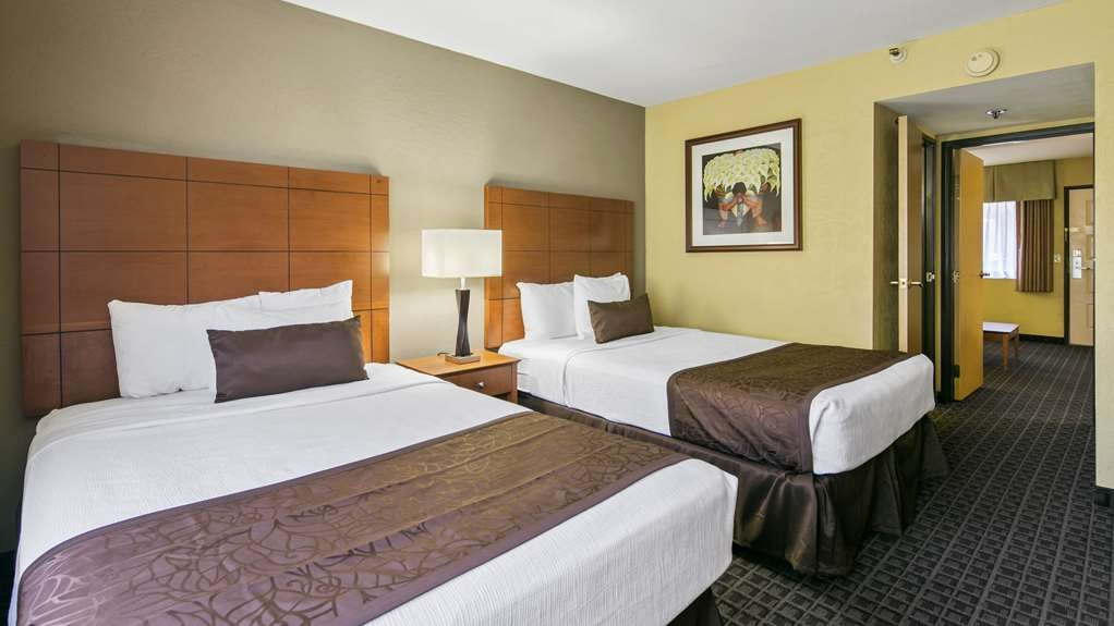 Best Western Plus Scottsdale Thunderbird Suites - Catch your favorite show while relaxing on one of our comfortable beds.