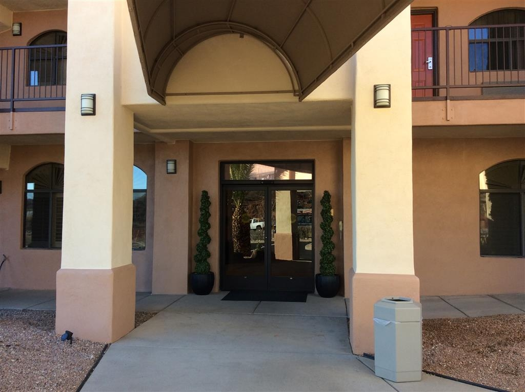 Best Western Copper Hills Inn - You can smell the fresh baked cookies, and you walk in to our lobby!