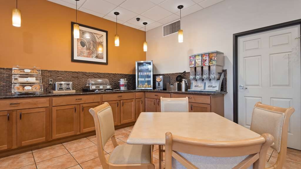 Best Western Copper Hills Inn - Start your day with a complimentary breakfast.