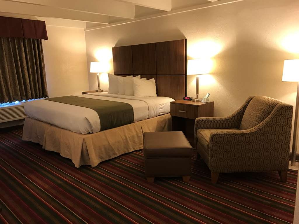 Best Western El Rancho Palacio - Accessible Guest Room with Roll in Shower